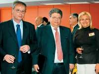 Από τα επίσημα εγκαίνια της έκθεσης. Ο προϊστάμενος της Διεύθυνσης Δ13 του ΥΠΕΧΩΔΕ κ. Σωτήρης Μπαρσάκης (στο κέντρο) με τον πρόεδρο του Πανελλήνιας ένωσης Εισαγωγέων Μηχανημάτων και Ανταλλακτικών (ΠΕΕΜΑ) κ. Πετρόγλου και την πρόεδρο της T Expo κυρία Βούλα Μουρτά.